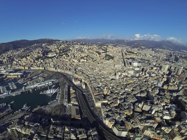 Genova, fotografia aerea con periferie