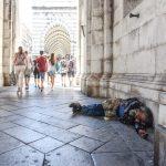 Sei povero ma se non ti vedo (a Genova) c'è meno povertà