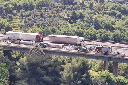 Altro scontro tra tir sulla A10. Lo schianto ha coinvolto due tir e un'auto a Pietra Ligure